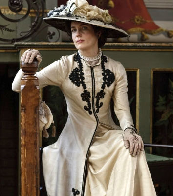 Cora Crawley, Lady Grantham, in 1910s style.