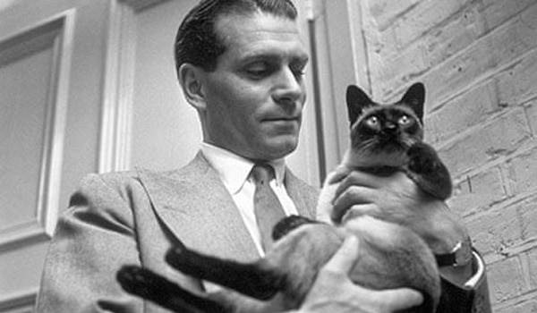 Laurence Olivier in 1946 with the family cat
